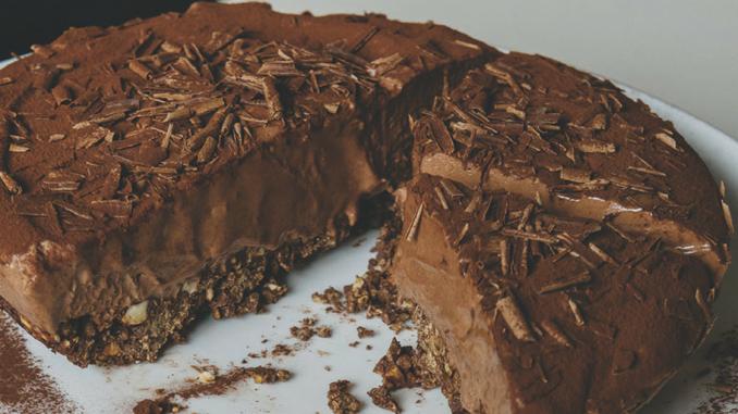 Dessert semi-glacé au chocolat et à la noisette dans une croûte chocolatée à la cannelle