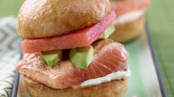 Recette : Miniburgers au saumon, melon d'eau et avocat