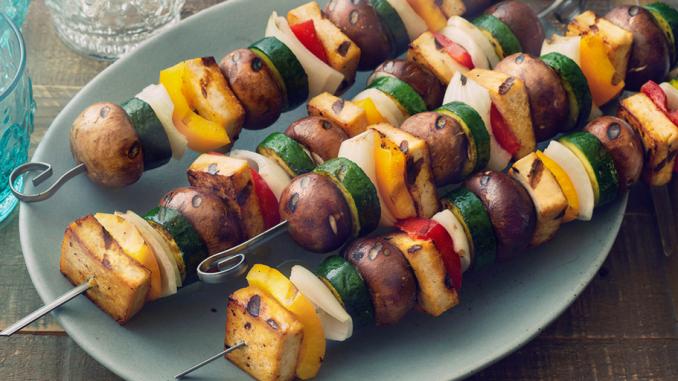 Recette : Tofu grillé au citron et aux fines herbes et kebabs aux légumes